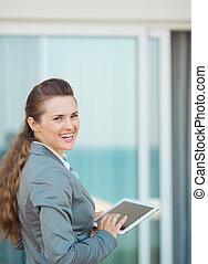 affari donna, pc tavoletta, terrazzo, felice