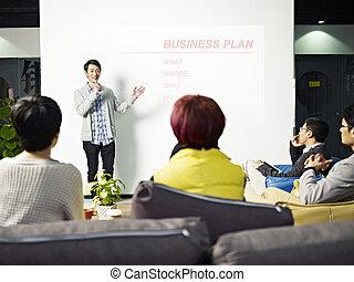 affari, giovane, presentare, piano, uomo asiatico