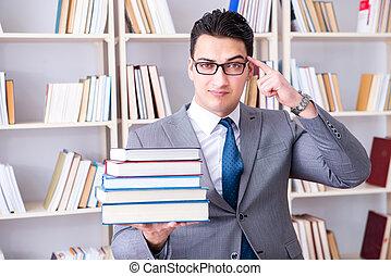 affari, legge, studente, con, mucchio libri, lavorativo, in, biblioteca