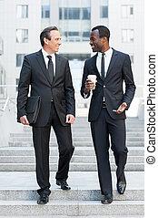 affari, partners., piena lunghezza, di, due, allegro, uomini affari, parlare, mentre, trasloco giù, vicino, scala