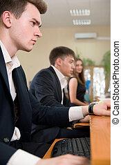 affari persone, giovane, seduta, computer, usando, tavola