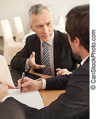 affari, seduta, solution., persone, due, formalwear, mentre, qualcosa, risultato, tavola, discutere