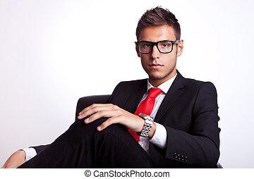 affari, serio, giovane, uomo collocato