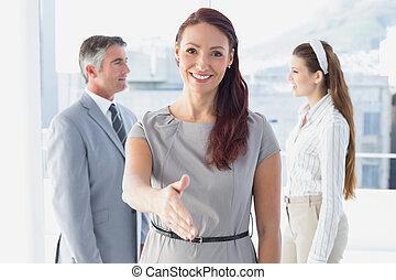 affari, stretta di mano, donna sorridente, offerta