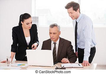 affari, work., persone, laptop, tre, dall'aspetto, fiducioso, mentre, qualcosa, discutere