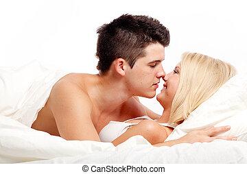 affectueux, couple, aimer, bed., hétérosexuel