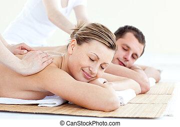affectueux, couple, avoir, a, massage dorsal, à, yeux fermés