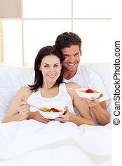 affectueux, couple, avoir, petit déjeuner