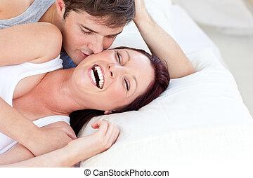 affectueux, couple, mensonge, caucasien, lit