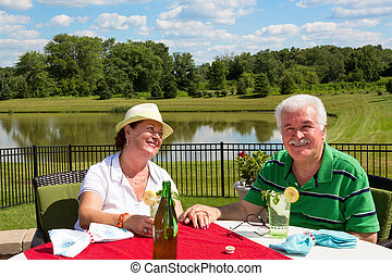 affectueux, couple, personne agee, patio, heureux