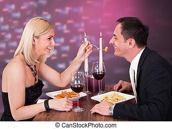 affectueux, couple, restaurant