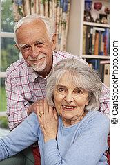 affectueux, couples aînés, chez soi, ensemble