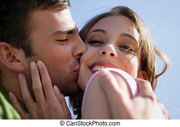 affectueux, jeune couple