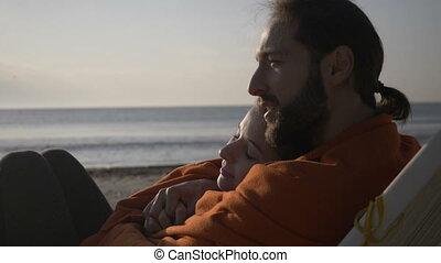affectueux, lent, regarder, mensonge, couverture, mouvement, jeune, haut, salon, embrassé, couvert, tôt, fin, matin, plage, couple, levers de soleil