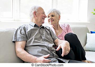 affectueux, séance, couple, ensemble, divan, séduisant, personnes agées