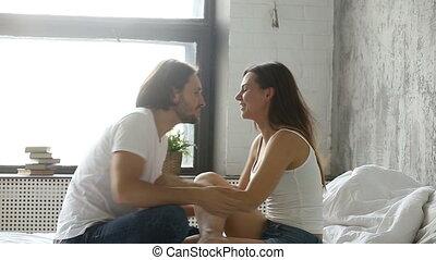 affectueux, séance, couple, jeune, lit, embrasser, amusement, baisers, avoir