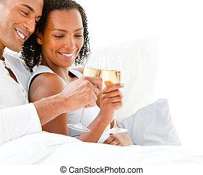 affettuoso, coppia, tostare, con, champagne, dire bugie, su, loro, letto