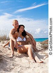 affettuoso, giovane coppia, spiaggia