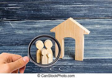 affordable, 地位, 概念, 人々, ハウジング 財産, house., 若い, ガラス, 見る, ∥(彼・それ)ら∥, families., 親, 子供, 実質, 販売, 教育, home., 拡大する, 購入