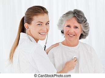 afgå, patient, hos, hende, sygeplejerske, kigge kameraet hos