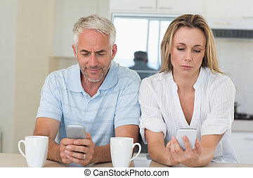 afgelegen, paar, zittende , op, de, toonbank, texting, en,...