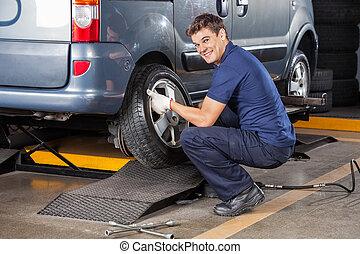 afixando, feliz, mecânico, pneu, car