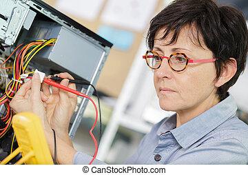 afixando, mulher, eletricista, pc