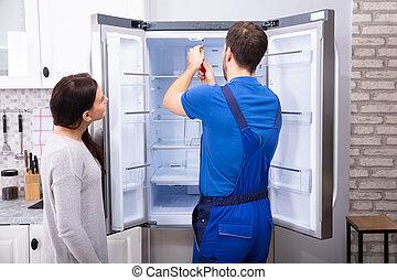 afixando, repairman, chave fenda, refrigerador