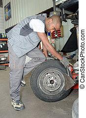 afixando, trabalhador, pneu
