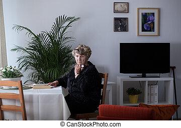 afligido, mulher, sozinha, casa