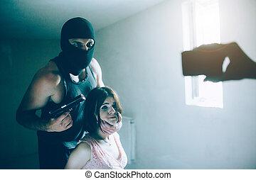afraid., 女の子, one., mask., もう1(つ・人), 女の子, 怒る, 見る, カメラ, 保有物の 頭部, すり減る, kidnapper, 手, 電話, 怖がらせられた, 彼, 銃, lefy, well., 彼女, eyes.