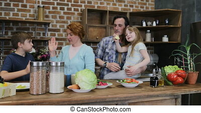 afrer, gezin, geven, vrolijk, het koken, twee, samen, maaltijd, hoog, ouders, thuis, vijf, het glimlachen, keuken, kinderen, vrolijke