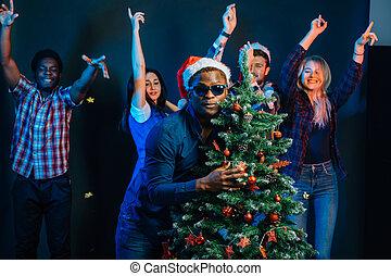 afričan američanka voják, objetí, s, cristmas, strom