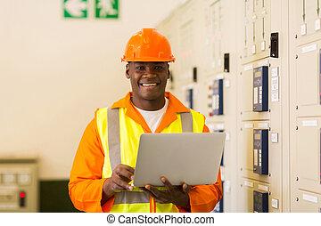 afričan, elektrický pracovat jako inenýr, s, laptop, do, mocnina umístit