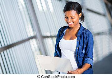 africain femelle, étudiant université, portable utilisation, informatique