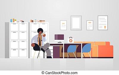 africaine, coupure, plat, ouvrier, bureau, hôpital, séance, clinique, américain, horizontal, lieu travail, entiers, café, manteau, médecine, blanc, docteur, intérieur, healthcare, monde médical, mâle, moderne, longueur, avoir, concept