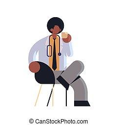 africaine, coupure, plat, ouvrier, hôpital, clinique, séance, stéthoscope, américain, entiers, café, manteau, médecine, blanc, docteur, healthcare, monde médical, mâle, longueur, avoir, fauteuil, concept