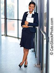 africaine, femme affaires, à, tablette, informatique