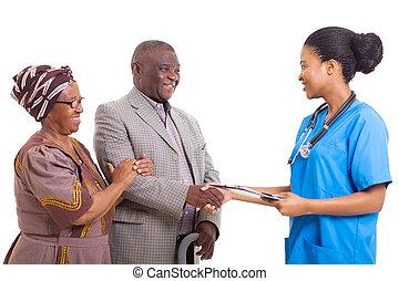 africaine, infirmière, secousse main, à, personne agee, patient