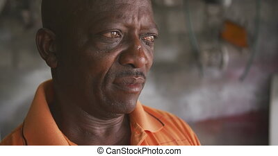 africaine, loin, homme, regarder