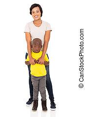 africaine, mère fils, debout, ensemble
