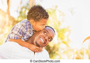africaine, père, fils, américain, course, ensemble., dehors, mélangé, jouer