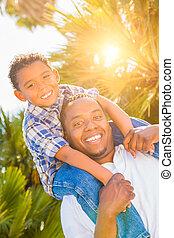 africaine, père, fils, ferroutage, américain, course, ensemble., dehors, mélangé, jouer