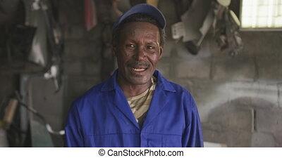 africaine, regarder, appareil photo, vieux, bricoleur