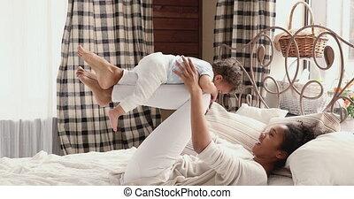 africaine, rigolote, yoga, bébé, maman, chambre à coucher, exercice