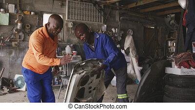 africaine, voiture, hommes, ponçage