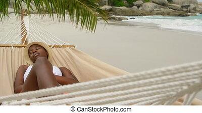africaine, vue, hamac, américain, dormir, plage, femme, devant, 4k