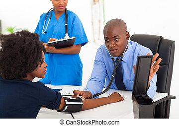 african, 全科醫師, 檢查, 患者` s, 血壓
