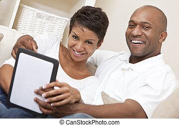 african american bábu, nő, párosít, használ, tabletta, számítógép