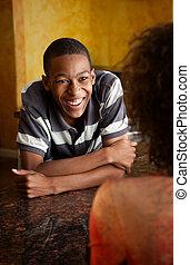 african-american, junger mann, und, frau reden, in, kueche